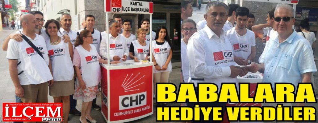 Kartal CHP Babalara hediye dağıttı.