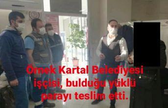 Örnek Kartal Belediyesi işçisi, bulduğu yüklü parayı teslim etti.