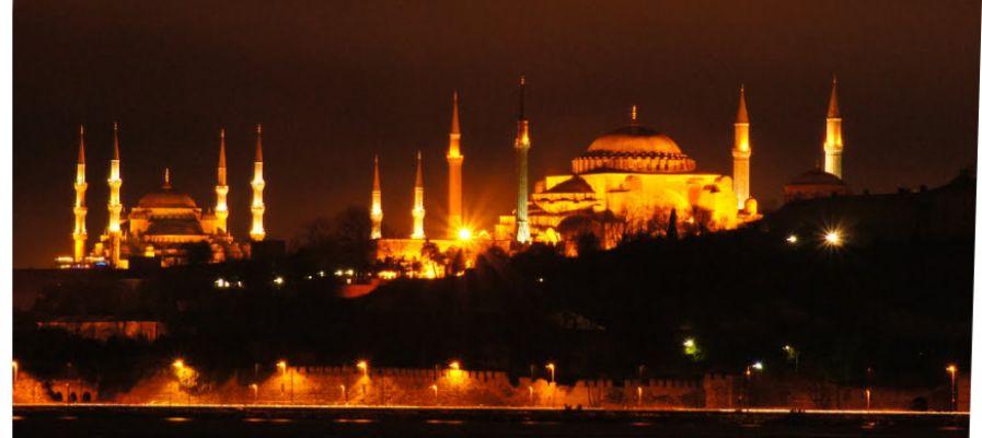 Türkiye'de gece vakti sela sesleri yükseldi.