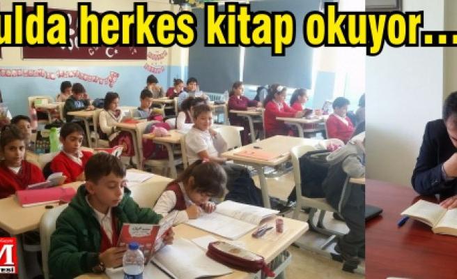 Bu okulda herkes kitap okuyor…