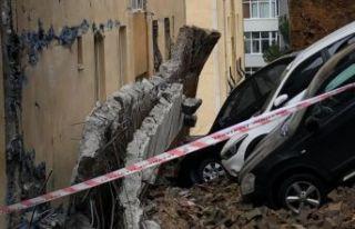 Kartal'da duvar çöktü, Arabalar hasar gördü.