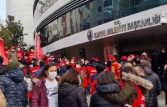 İşçiler Kartal Belediyesi'ni eylem düzenleyip protesto ettiler.